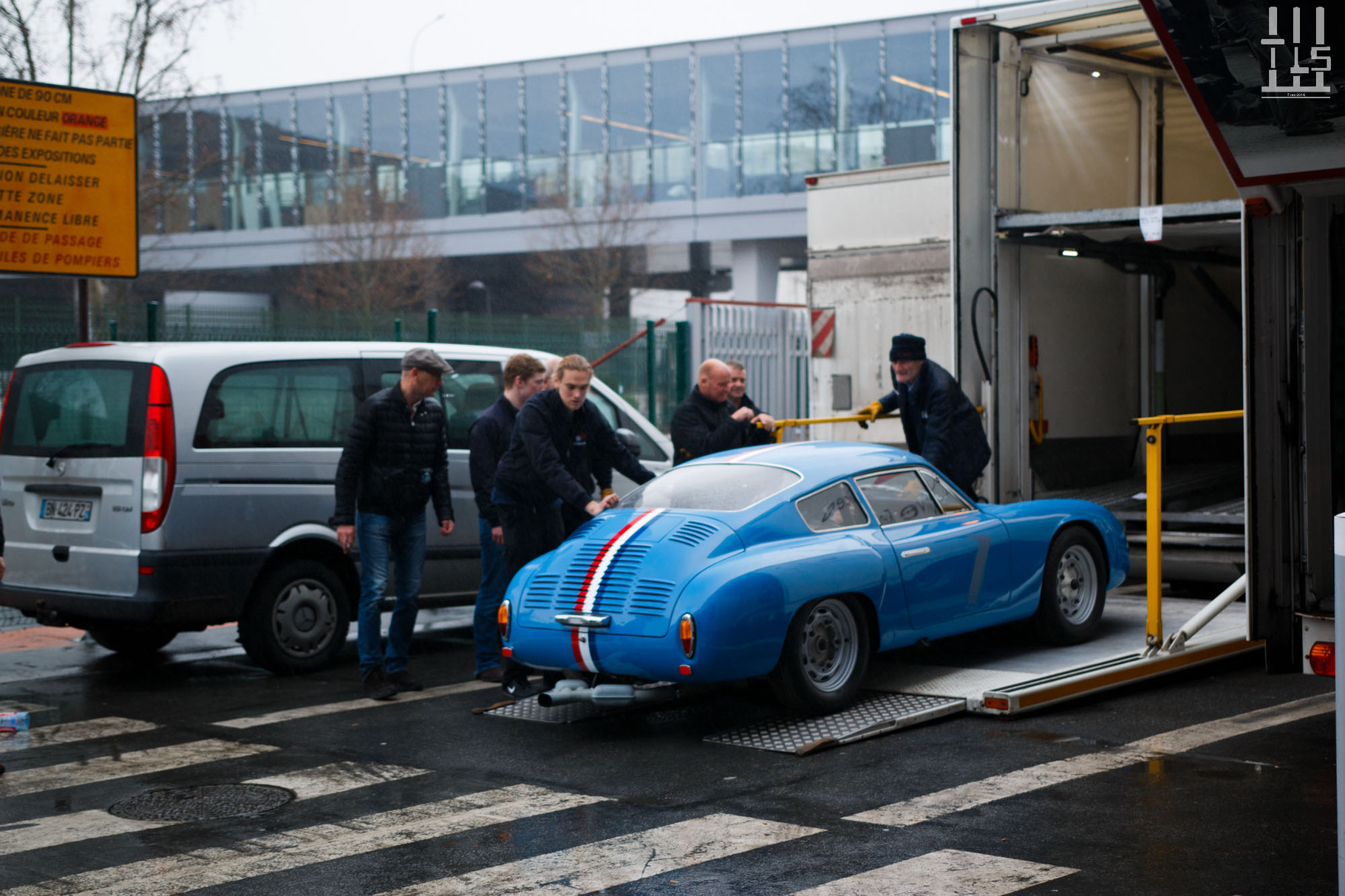 Une auto que j'adore ! Il s'agit d'une Porsche 356 Carrera Abarth, et encore une fois c'est chez Fiskens que sa présence se fera remarquer.