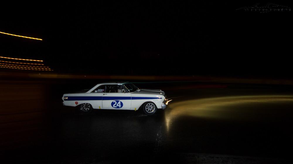 La Ford Falcon n°24 glisse dans le virage.