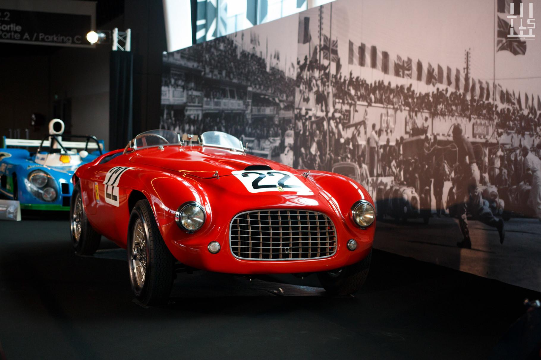 """Pour relier les deux halls, nous """"devons"""" emprunter un long tunnel. Mais heureusement il n'est pas vide, cette Ferrari 166 MM, habituellement exposée au musée des 24 Heures du Mans, suffit à faire oublier la distance à parcourir. Châssis 0014M."""