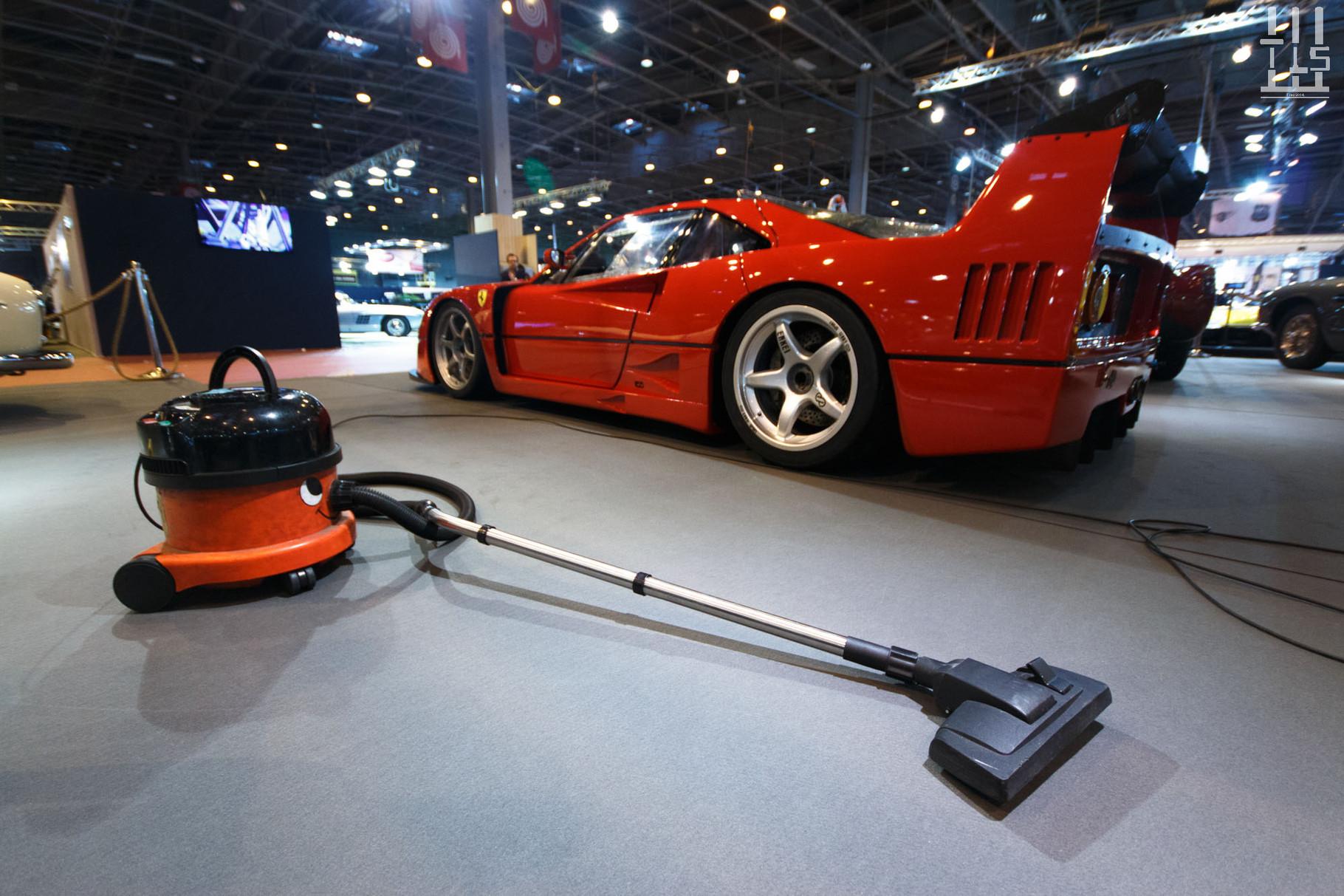 Mais l'auto que je préfère sur le stand, peut être même de tout le salon, est incontestablement cette Ferrari F40 LM. C'est la première que je vois à ma connaissance. Il y en avait bien une au Mans Classic en 2012 mais je ne l'ai pas vue. J'adore.