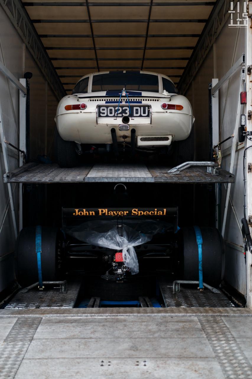Arrivée d'une Jaguar Type E et d'une Lotus 91 pour le compte de Fiskens, le célèbre concessionnaire Londonien.