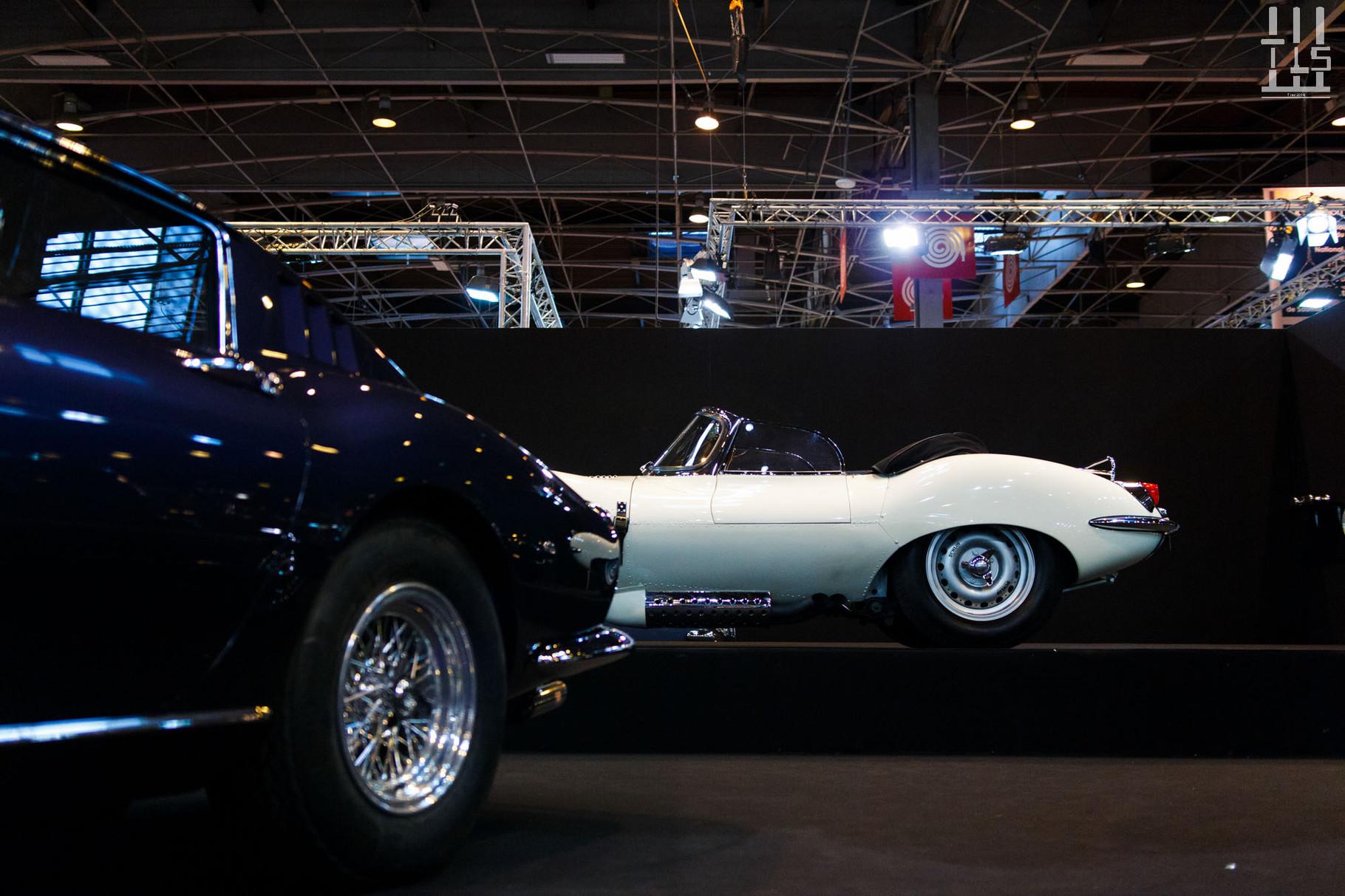 Mais le meilleur arrive. Déjà vue dans le diaporama précédent, la Jaguar XKSS châssis 704 superbe en blanc côtoie une non moins magnifique 275 GTB bleue.