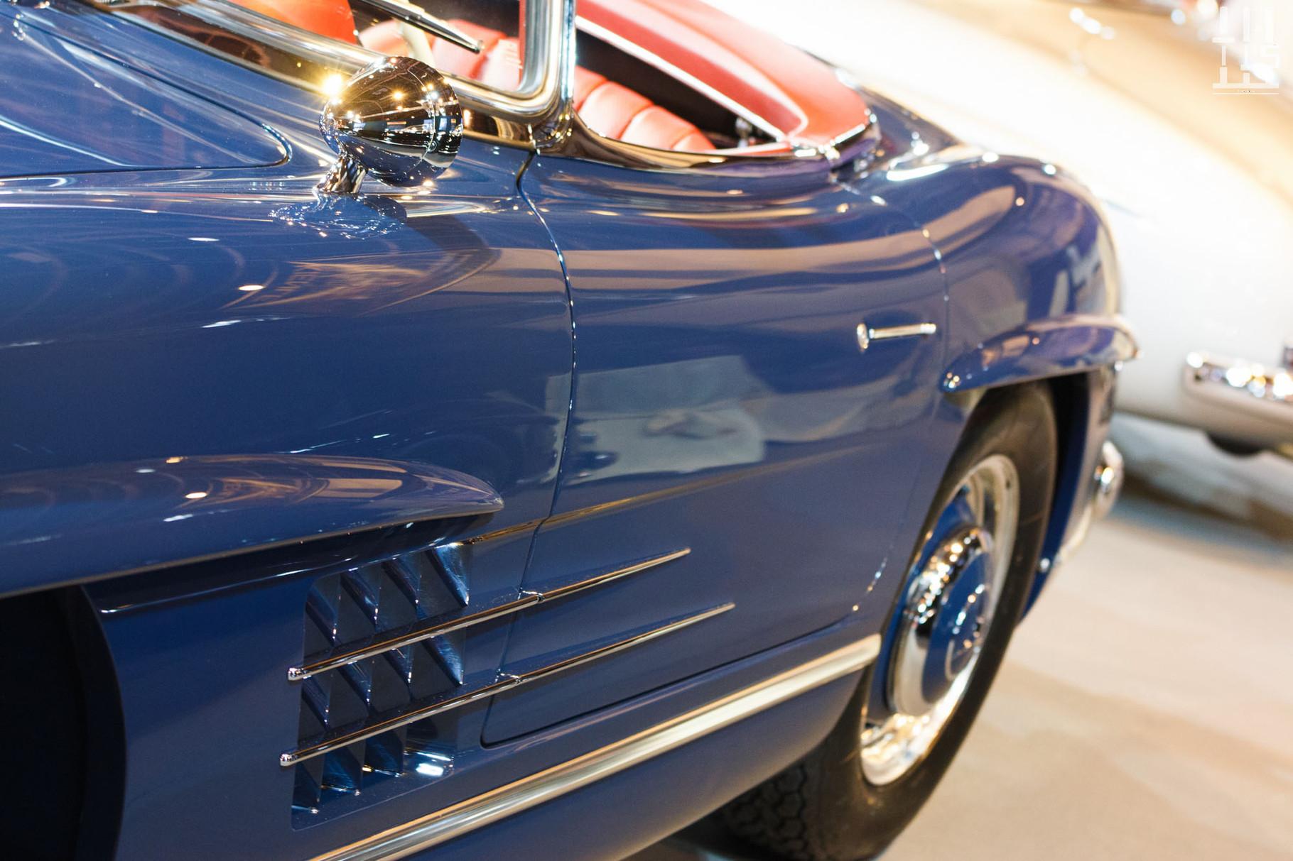 Une 300SL Roadster, c'est beau. Encore plus en bleu avec un intérieur rouge !