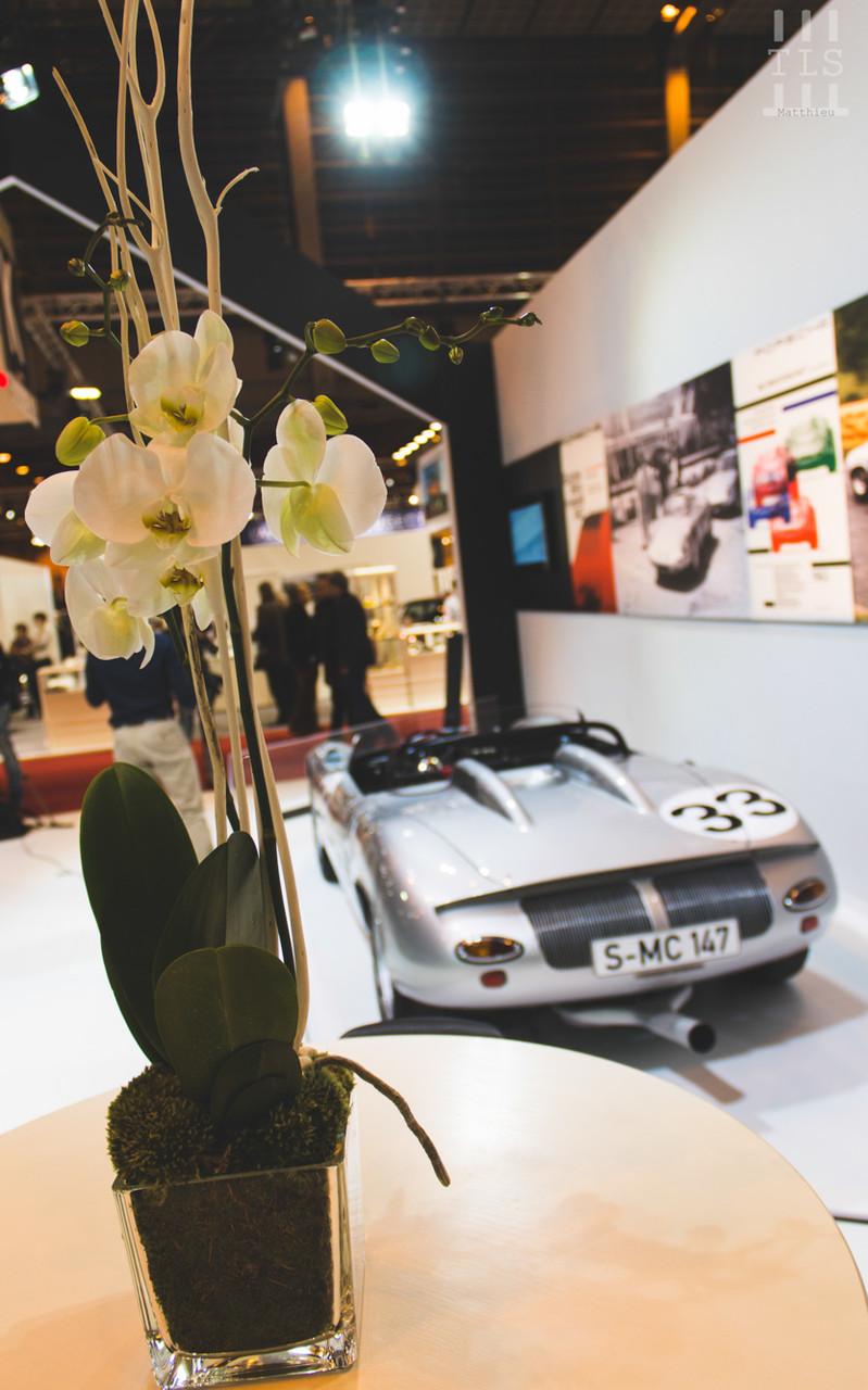 Le lounge Porsche, agrémenté d'une Porsche 718 Spyder