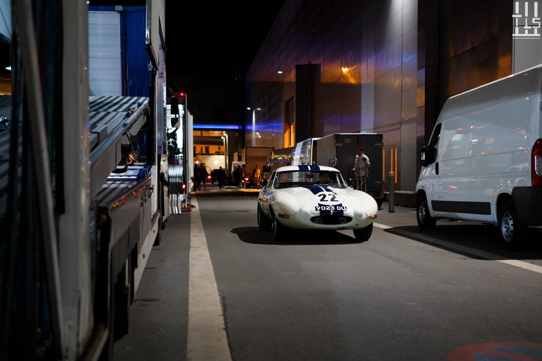 La Jaguar Type-E de Fiskens sème la terreur dans les allées.