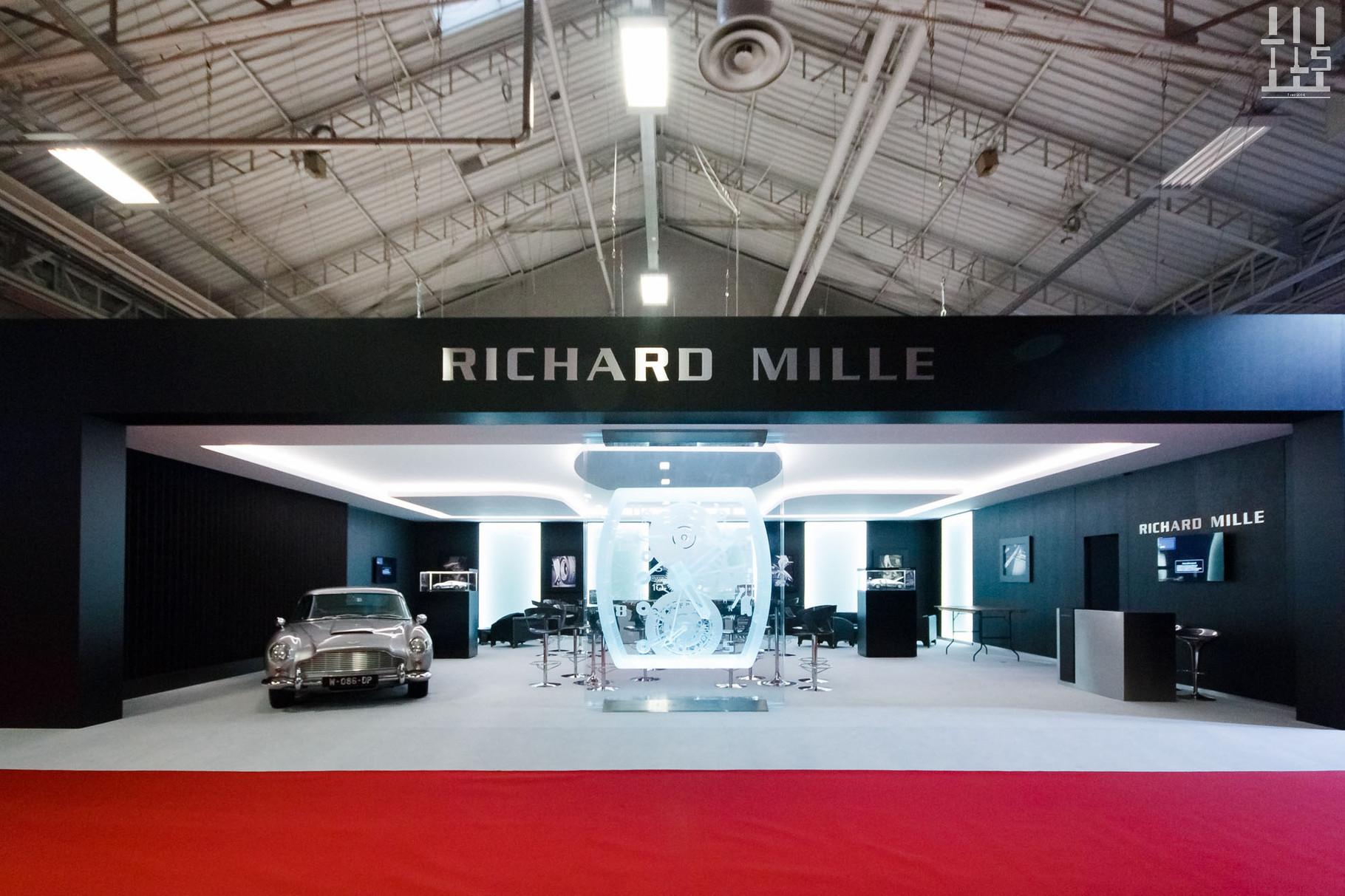 Le stand Richard Mille est spacieux ce qui met particulièrement en valeur l'Aston Martin DB5 présente sous vos yeux.