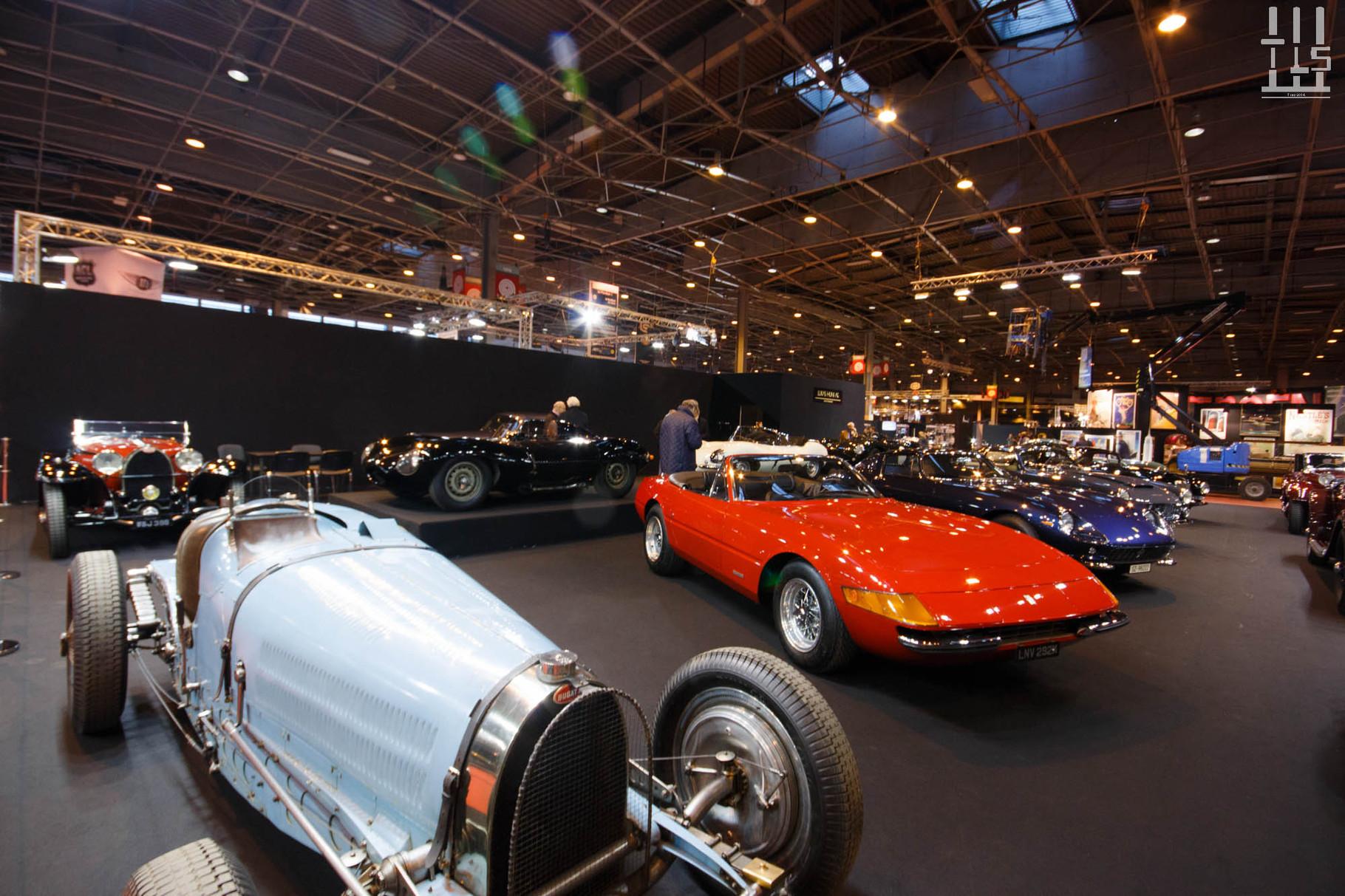 Lukas Hüni est un des stands phare du salon. Ici, tout est authentique. Ici, tout est magnifique. Ici, on sait être sympathique. Et forcément, le display est très intéressant : voici une Ferrari 365 GTS/4 Daytona accompagnée d'une Bugatti Type 59.