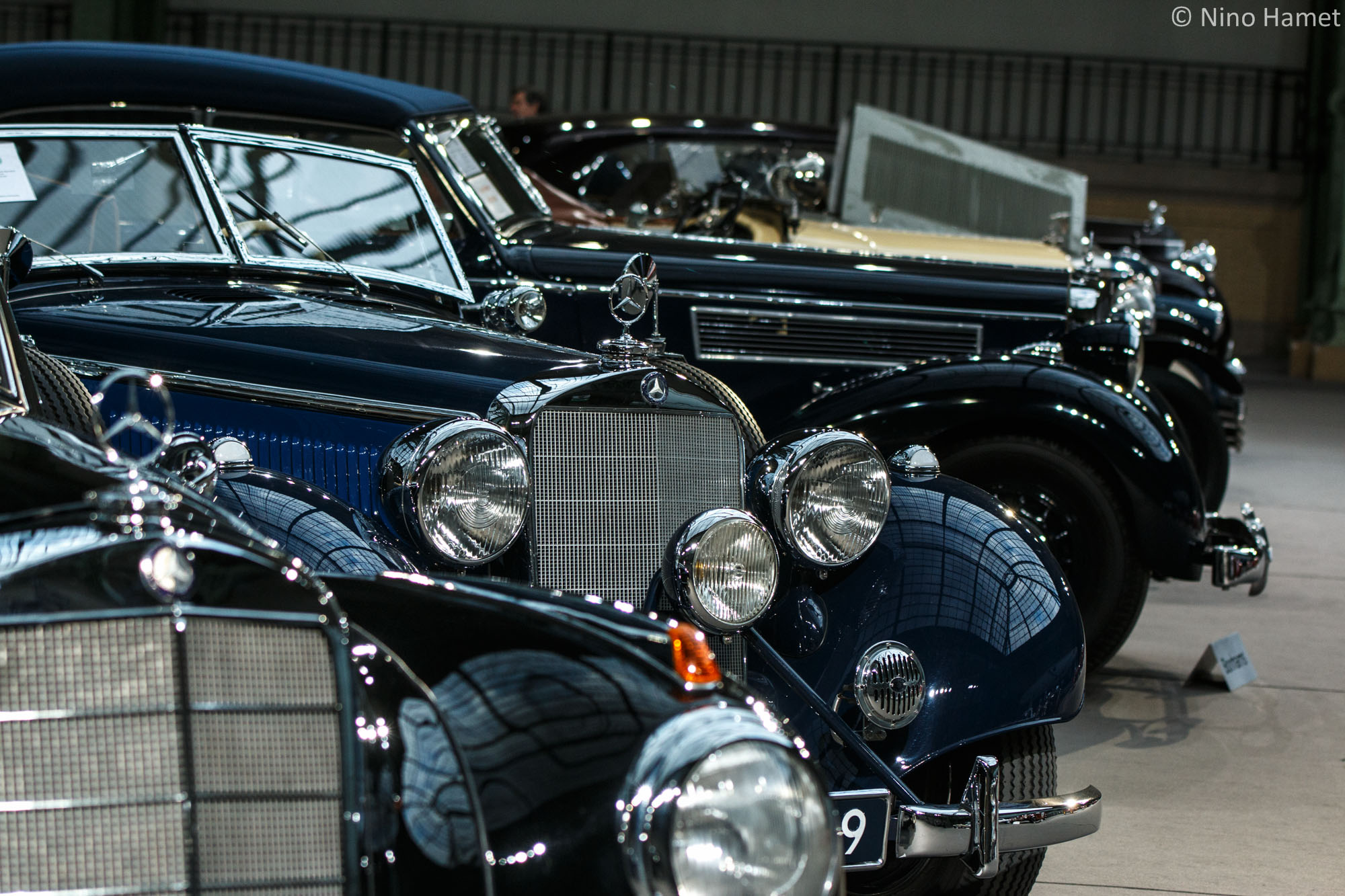 Bel alignement de limousines des années trente.