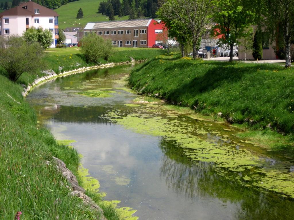 23 mai - Un joli cours d'eau vu du Pont de la Fiesta au Sentier