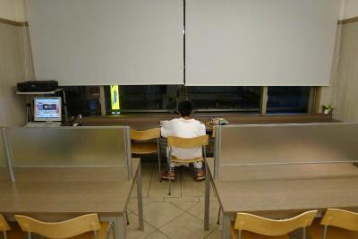 静かなロビーに移動して一人学習中、元旦の夜から、今年はやる気か