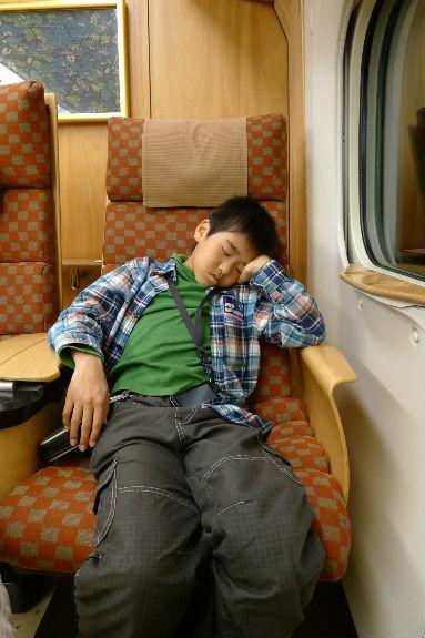 爆睡中、その二、私がねたいよ、坊主。