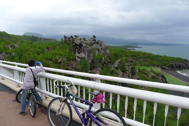 火山岩の造形美・・・天気がイマイチでよく見えず