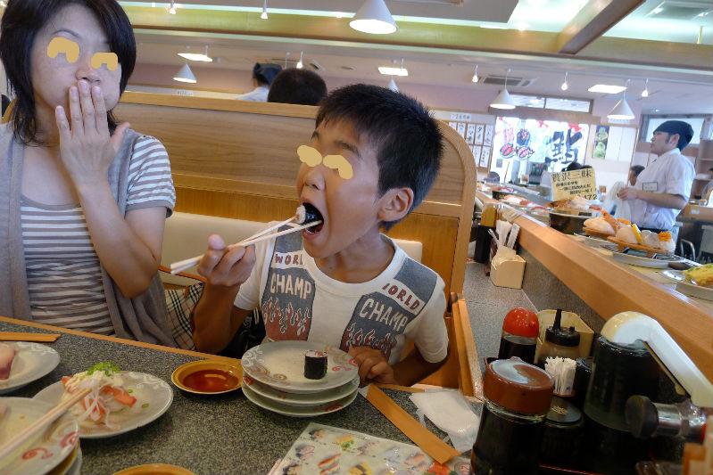 〆は寿司、コジコほっぺいっぱい・・・リスか・・・