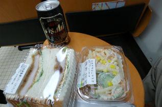 +サンドイッチとサラダ+黒生、旅らしくなってきました。