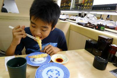 本日のご褒美。坊主の希望で回る寿司へ 海老天食べてるし・・・