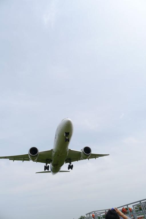 伊丹空港にて、手に届きそうな低空飛行スポット(787型)