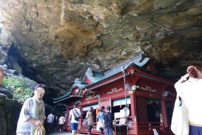 岩盤の下に神社が・・・