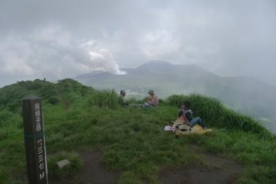 高岳の噴煙 山頂でおじさま方と話も弾みます