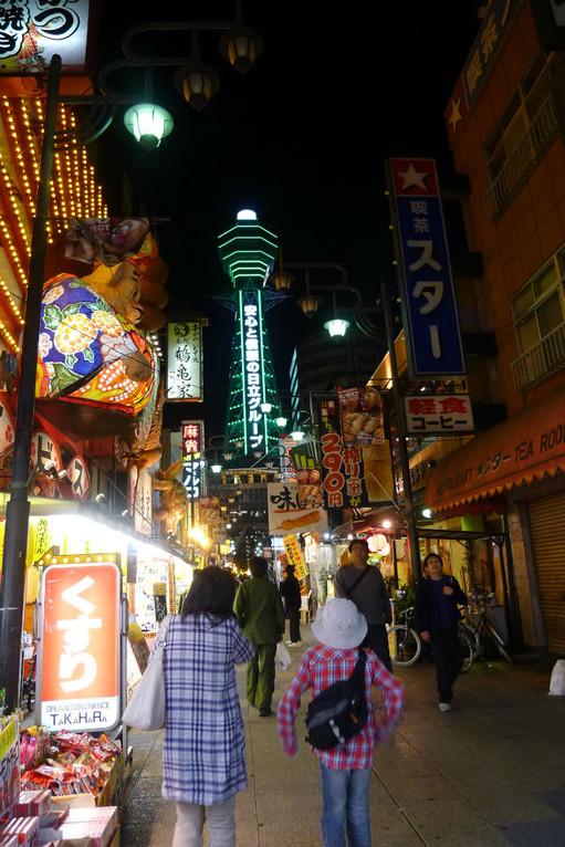 夜の通天閣散歩中、串かつ屋が元気です。