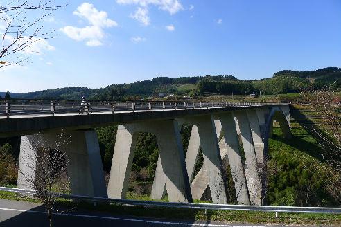 コンクリの立派な橋を走行中