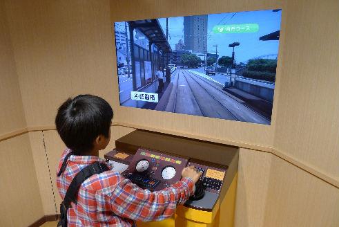 新駅ビルの路面電車シミュレーション体験中