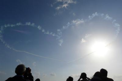 大空にハートを描きますが、風が強く流されます・・・