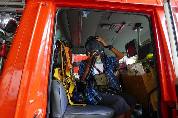 大変親切で、消防車に乗せて頂きガスマスクまで・・・