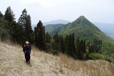 先に登ったトンギリを背に黒峰山頂を目指す