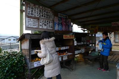 明日香村で農産物を物色中・・・ここに来てまで・・・