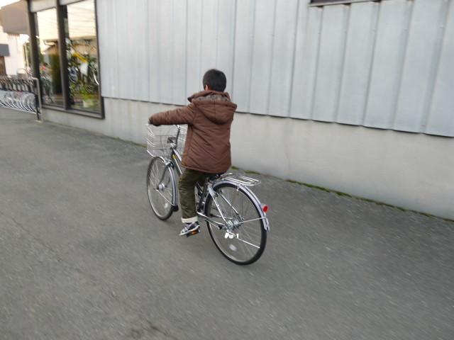 新車を初試乗中・・・自転車がでかい・・・