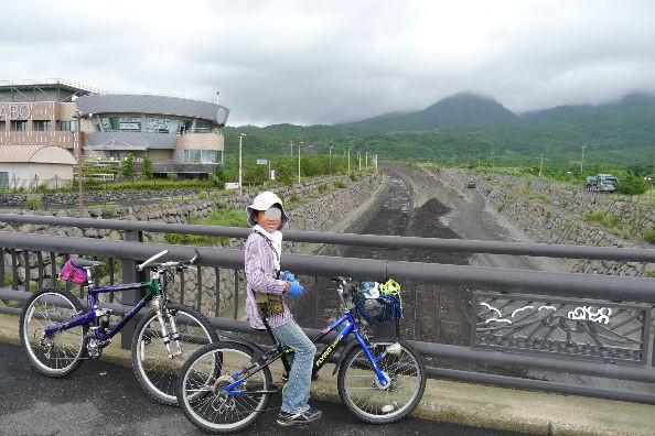 砂防ダム、ここをすごい量が流れるらしい、道路も火山灰がすごい