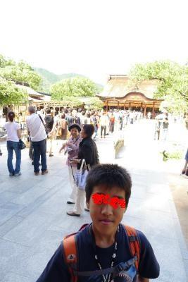 本殿、日本人きれいに並んでます、昔はならんでなかったような・・・