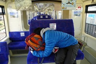 モノレールで爆睡中・・・歩き疲れがでたようです