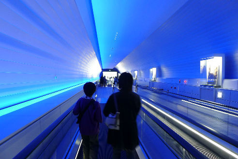 未来的なトンネルを抜けると・・・