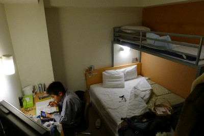 コスト削減により3人一部屋、さっそく勉強中???