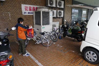 ここで急に雨が降り出しサイクリングを諦め、車で移動・・・寒ーーい