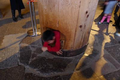 東大寺の柱潜り、結構な行列でした
