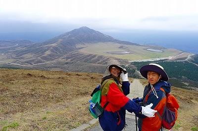 坊主、介護中 後ろは昨年登った山 草千里は太陽の塔に見えます