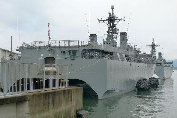 この船、底がくりぬかれています、抵抗を減らす為でしょうか?