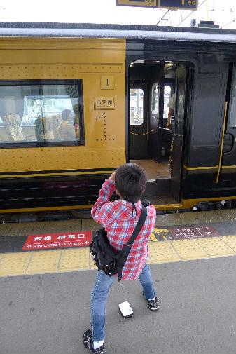熊本駅でA列車でいこうに遭遇、中はオシャレで旅をしたくなります。