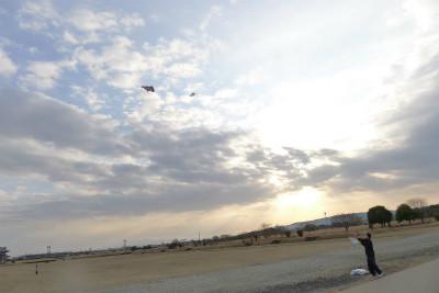平常宮前・・・多くの方が凧揚げ 懐かしいいい光景でした