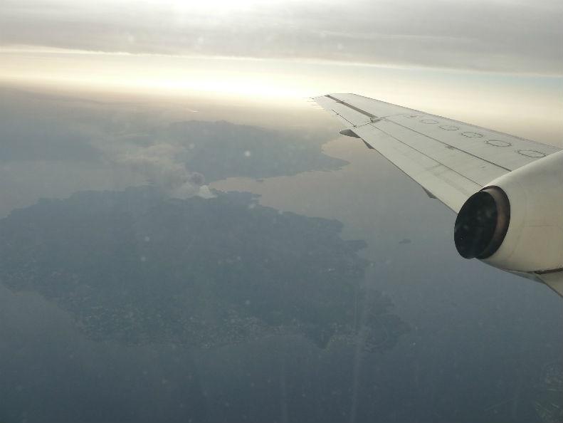 喜界島へ出発・・・空から桜島の噴火をはじめて見ました。