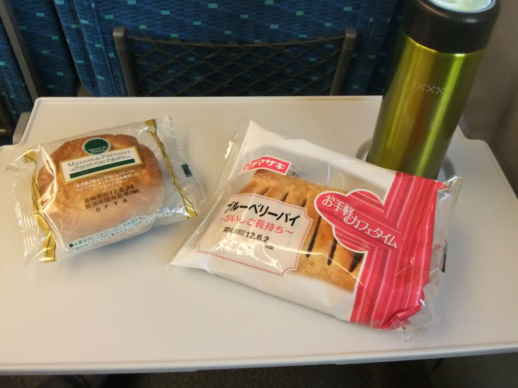 行きの新幹線、コジイチ・コジコの夜食??