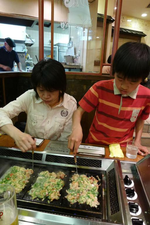 大阪の定番たこ焼き(蛸の鉄)、自分で焼けるんです。
