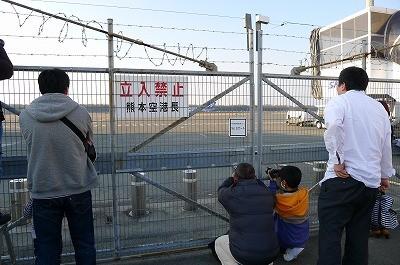 飛行機マニアと門の小さな穴から・・・コミュニケーション中