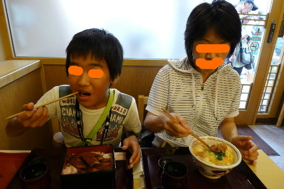 アナゴ飯の横でコジコは卵丼???