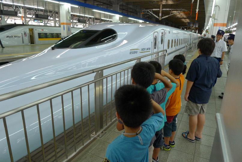 新幹線へ敬礼