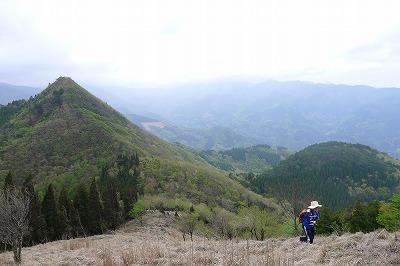 先ほど登ったトンギリ山を背にあと一踏ん張り中 トンガリやまですね