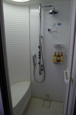 シャワーもしゃれてますが、露天風呂を利用・・・丸見えでした。