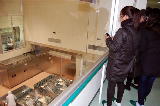 2階見学通路から調理室を視察